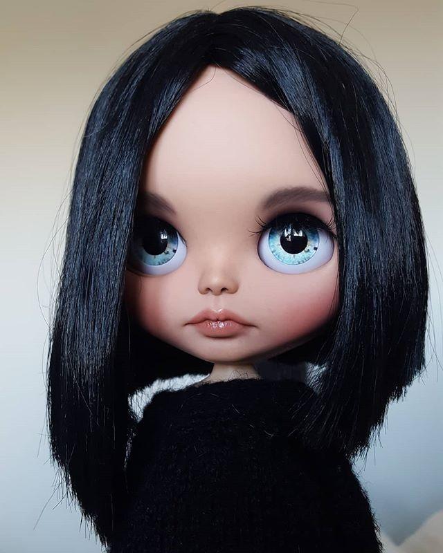 Кукла с черными волосами и голубыми глазами