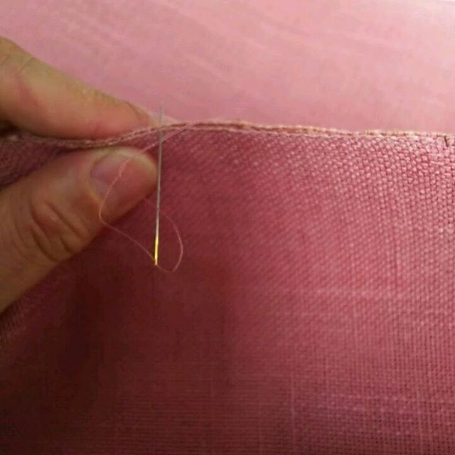 名古屋帯を仕上げました🎵  八寸巾の帯は 糸をからげながら一針一針とじていきます。    #和裁 #名古屋帯 #仕立て #東亜和裁 #toawasai