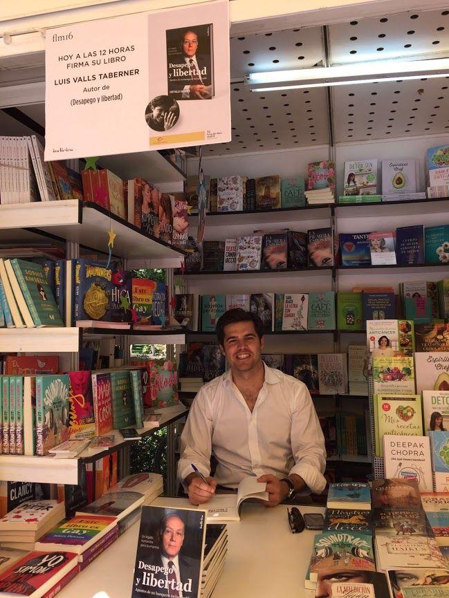 Luis Valls-Taberner firmando su obra en la Feria del Libro de Madrid 2016.