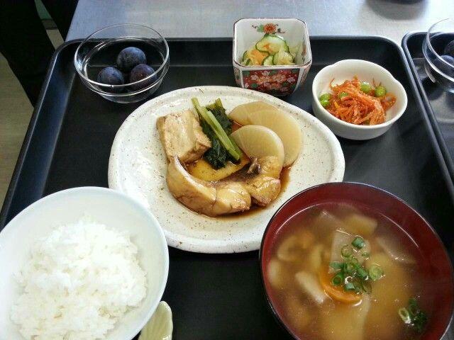 9月9日。魚の煮付け、切り干し中華サラダ、人参たらこソテー、団子汁、パイナップルです!508カロリー、たんぱく質27g、塩分2.7gでした♪