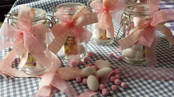 Vasetti in vetro con confetti e mimose