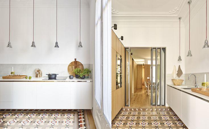 En la cocina, una secuencia de lámparas colgantes Duo Pendant, de Anglepoise. Sobre la encimera, de mármol blanco, una cesta de fibra natural, de Ikea. La bandeja de madera es de Roshults, en Minim