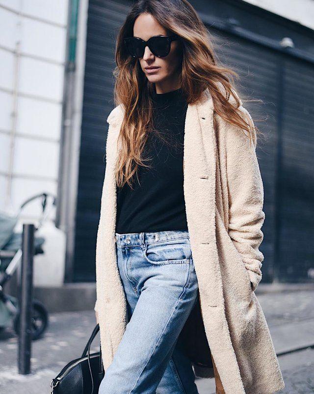 En este look que te mostramos, el protagónico se lo lleva este espectacular abrigo largo tipo sobretodo, relleno con peluche, especial para las temperaturas frías y de un tono crema muy vistoso y moderno.