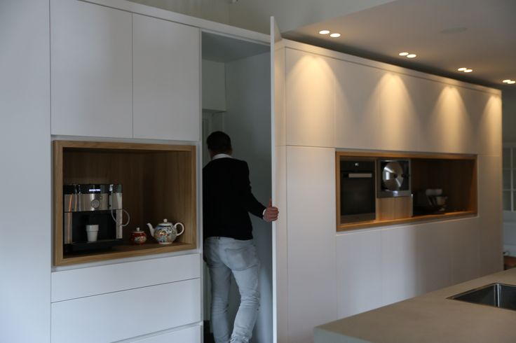 keukenkast met deur naar bijkeuken + combinatie met hout