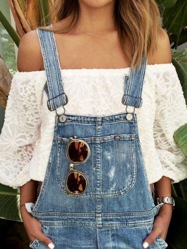 Pour féminiser la salopette en jean, on pense à la blouse décolletée sur les épaules (Instagram Sincerely Jules) - Tendances de Mode