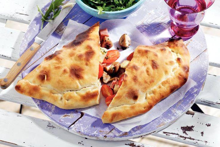 Hoera, het is zomer! Dat vieren we met deze dubbelgevouwen pizza calzone - Recept - Allerhande