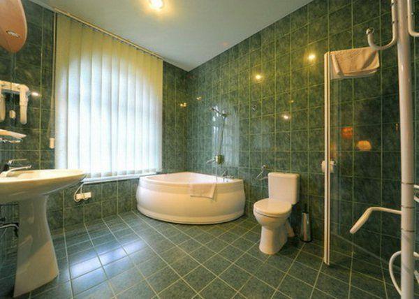 petite baignoire d' angle, salle de bains verte