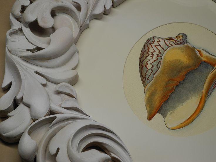 Particolare della cornice intagliata e dipinta  a mano con una bella incisione di una conchiglia.