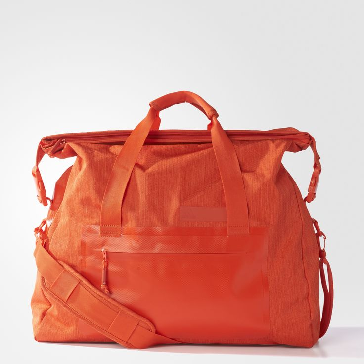 Bær dit nødvendige træningsgrej i denne dametaske, der holder styr på dine ting og giver komfort. Hovedrummet med lynlås har en indvendig rumdeler i mesh, der skaber tre rum, samt en adskilt beskyttende lomme til din bærbare. Håndtagene på toppen og den aftagelige skulderrem har blød polstring, der gør den let og behagelig at bære.
