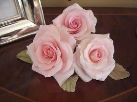 Aunque sin pastel, aqui traigo estas rosas hechas en pasta de azucar, me encanta hacer flores porque adornan todo lo que tocan, espero qu...