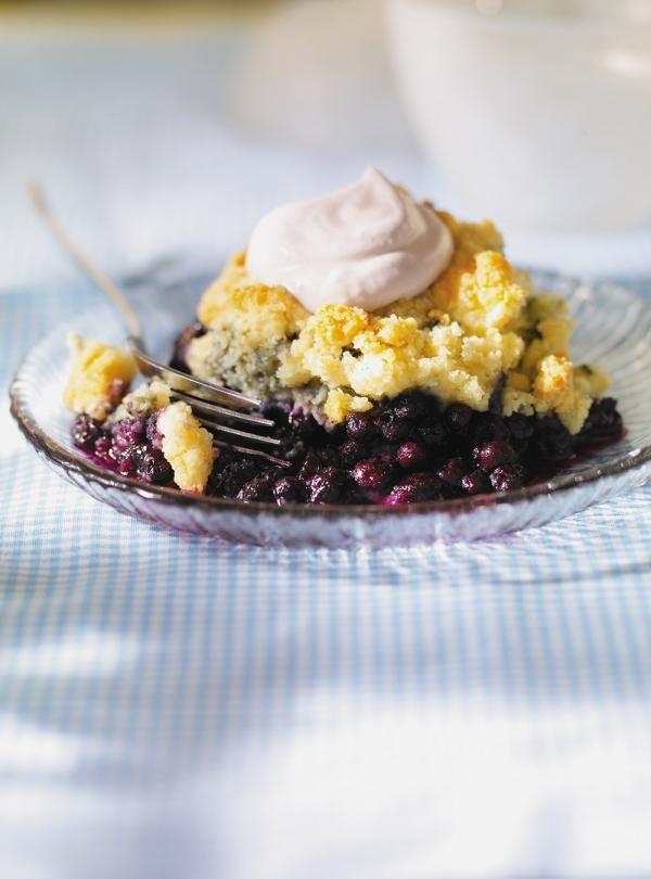 Recette de pouding aux bleuets et sa crème à la lavande. Avec des fleurs de lavande séchées, des bleuets, de la crème. Cette recette aux parfums de lavande saura en charmer plus d'un.