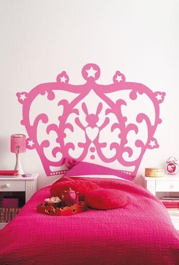 #Kroon het bed van je kleine #prinses met deze roze muursticker in kroonpatroon voor een echte #prinsessenkamer