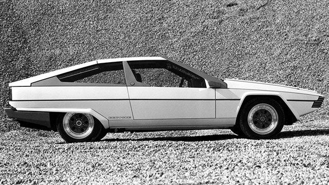 Dix ans après le concept Pirana, Bertone planche à nouveau sur une étude de style sur base Jaguar. L'Ascot adopte une base de XJ-S, mais sa descendance stylistique s'inscrit dans d'autres marques… Alors que sa proposition pour le renouvellement de la XJ (projet XJ40) vient d'être repoussé, Bertone propose en 1977 l'étude de style Ascot, …