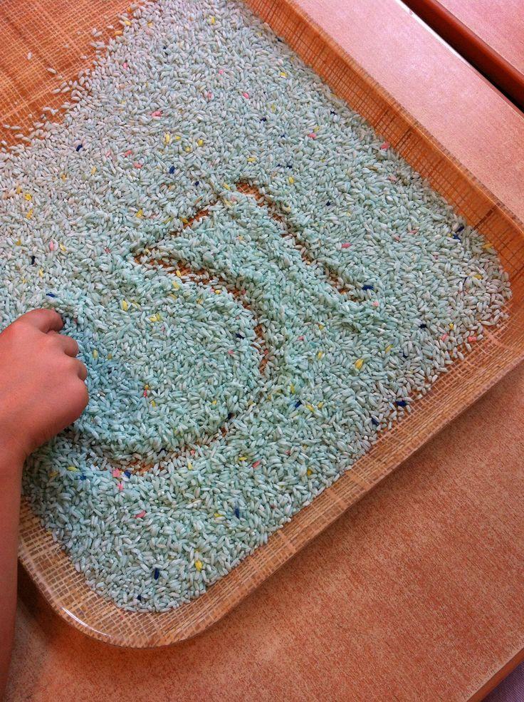 Cijfers schrijven. Oefenen op een dienblad met gekleurde rijst. Het recept voor de gekleurde rijst kun je vinden op www.kleuterklasse.nl