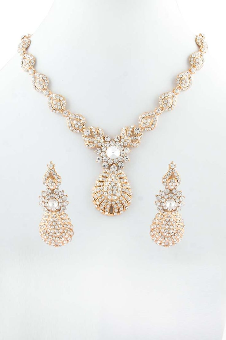 Collier en or avec des boucles d'oreilles Jhumja. Prix:-24,04 € Collier clouté cristal avec boucles d'oreilles Jhumja.  http://www.andaazfashion.fr/jewellery/necklace-sets/golden-necklace-with-jhumja-earrings-80512.html