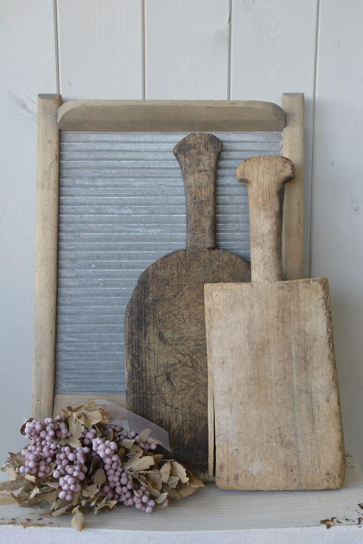 Oude snijplanken, graanscheppen en wasborden.  Verkrijgbaar bij: www.oma-an.nl