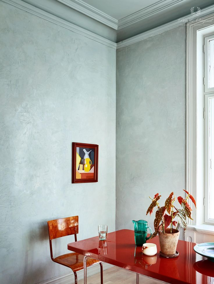 A perfect atmoshere this dining room. Picture taken in Oslo Norway, a real Scandinavian looks. Pure & Original paint is always coloured with natural pigments. Used paint is the Marrakech Walls in concrete look. Colour: Polar Blue. Prachtige Scandinavische sfeer is hier gecreëerd in deze eetkamer in Oslo met de Marrakech Walls verf in betonlook, kleur Polar Blue.