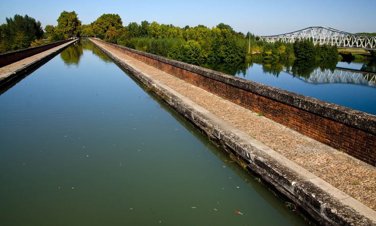 Le Canal des Deux Mers crossing the Tarn; Moissac, France