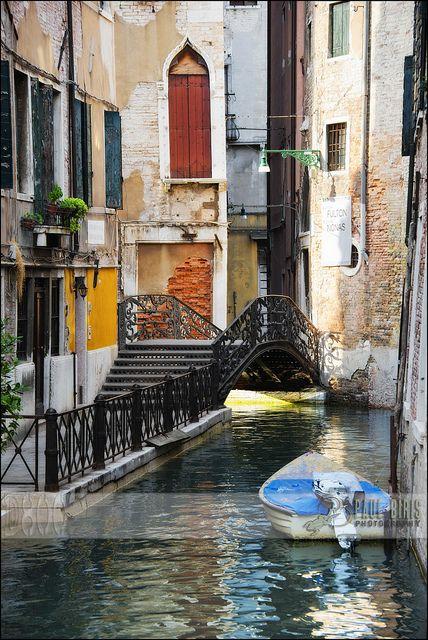 Beautiful Colorful Canal | Venice  Romance  Arquitectura.... Un sueño en el mundo moderno....  www.viveinteriores.com.mx