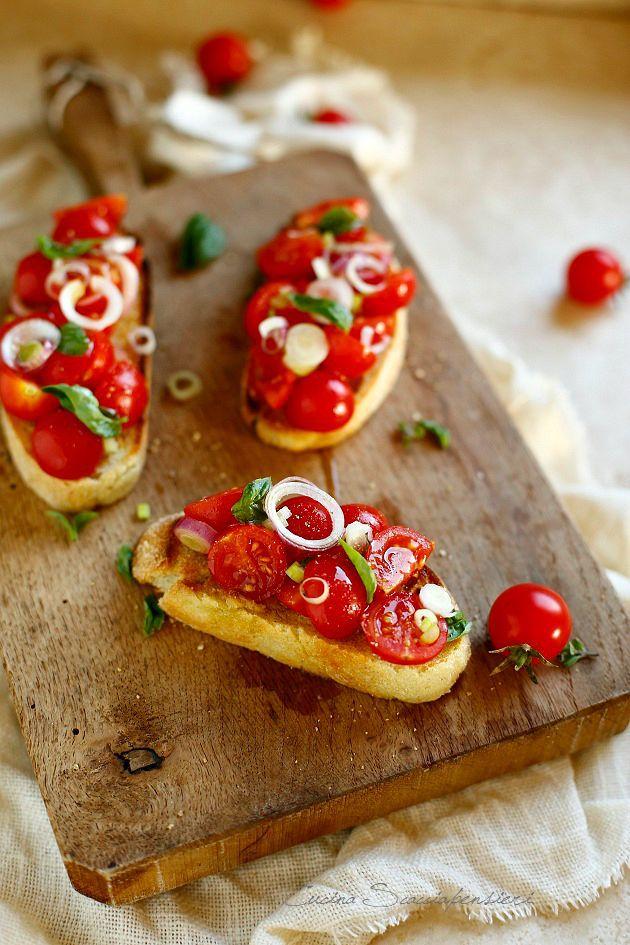 Bruschette con pomodorini, cipollotti e basilico