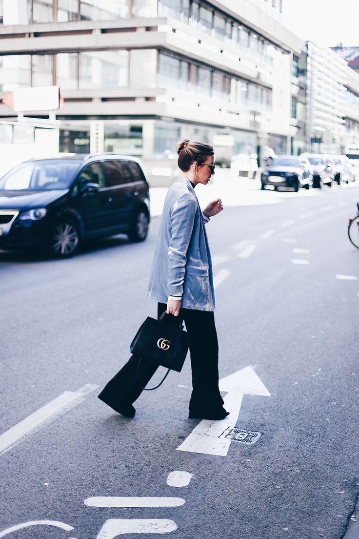 Office Look, Büro Outfit, Marlenehose kombinieren, GG Marmont Tasche schwarz, Samtblazer hellblau, Streifenshirt Etre Cecile, Fashion Blog, Modeblog, Outfit Blog, Streetstyle, whoismocca.com