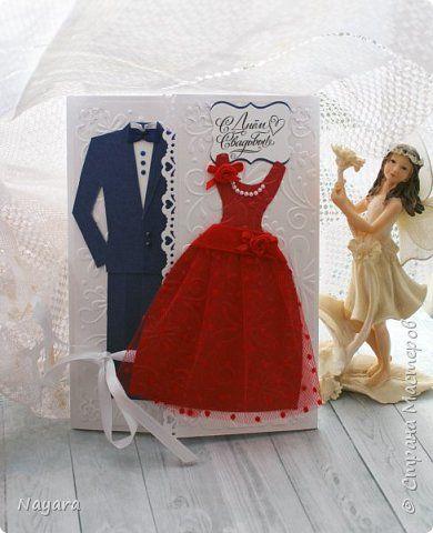 Всем добрый день. Предлагаю к просмотру открытку, которую создала под заказ для свадьбы. Шаблон мужского костюма выкраивала сама, т.к ничего подходящего в интернете не нашлось, платье и подложки для костюмов, а также внутри открытки, тиснила с помощью машинки. Жених будет в синем костюме, а невеста в красном платье, отсюда такие цвета костюмов. фото 1
