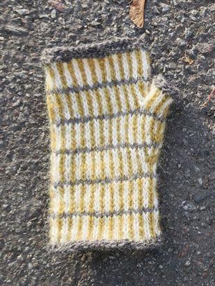 Randiga vantar eller halvvantar med tumkil i isländsk ull. Yll & tyll stickmönster.