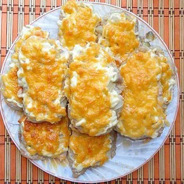 """Диетическое """"мясо по-французски"""" из куриного филе 🔹Чередование. 🔸 На 100 гр - 105 ккал 🔸 белки - 15,3 🔸 жиры - 2,93 🔸 углеводы - 2,52 🔸 🔹 Ингредиенты: куриное филе 2 шт. помидор 2 шт. репчатый лук 2 шт. яйцо куриное 1 шт. сыр  нежирный и твердый 100 г натуральный йогурт 1 ст. л. перец черный молотый, соль 🔹Приготовление: Для приготовления мяса по-французски из курицы филе порезать на тоненькие кусочки. Отбить. Кусочки курицы сложить в миску и помыть. Яйцо взбить, добавить к курице…"""