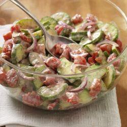 Receta de ensalada con pepino fresco y tomates en cubos pequeños en una cremosa salsa de yogur con eneldo (dill)
