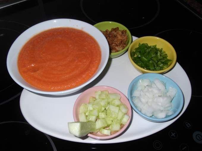 Uno de los platos que más se cocinan en verano es el gazpacho. Me gustaría haber escrito esta receta antes, pero por culpa del tiempo no he tenido tomates del huerto hasta ahora y sinceramente si el gazpacho no se cocina con este tipo de tomate no está...