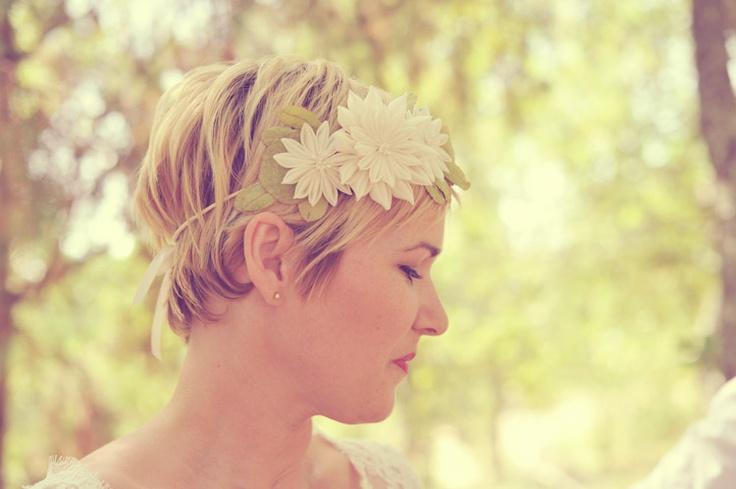 karuna balloo bandeau fleurs sur cheveux courts