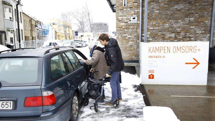Knut Kaasa får stadig bøter mens han henter eldre og hjelper dem til bilen. - Det gis ikke tillatelse til å stanse på fortau, presiserer Bymiljøetaten.