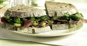 Donkere sandwich met pastrami - Brood.net
