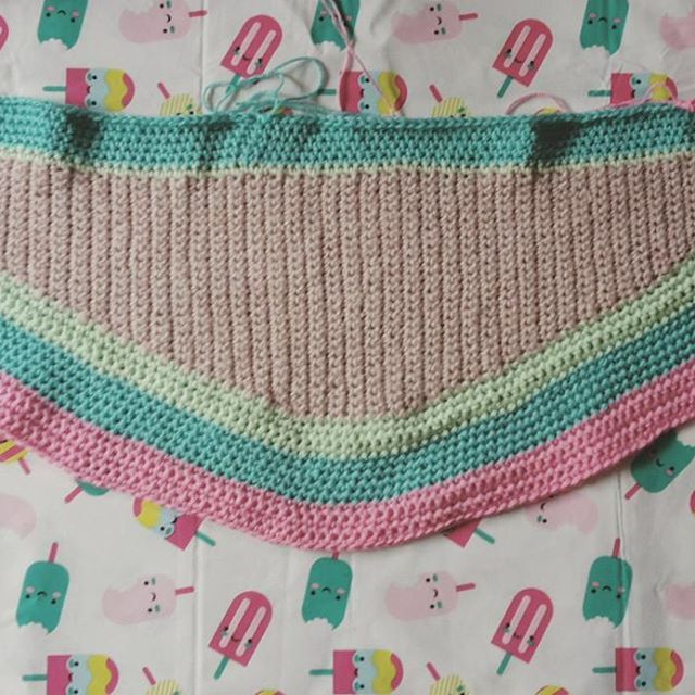 The beginning of a pastel shawl. I love it to crochet on a rainy day  de pastelsjaal begint al vorm te krijgen!! Ik heb een idee in mn hoofd ervoor nu maar hopen dat het lukt!!!! #freestylecrochet #spaansestola #crochet #haken