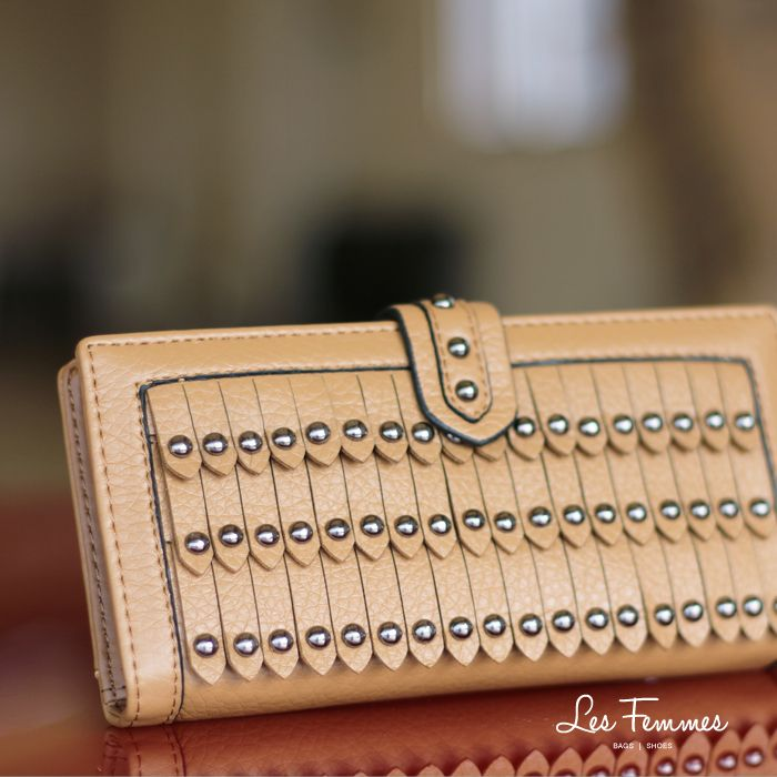 Tanira, wallet yang simple dengan desain berlapis dan ornamen studs. Detail wallet : • Warna hitam, navy, hijau, khaki, abu, coffee • Ukuran 19*2*10 cm • Harga 129,000  Order via : Website : www.lesfemmes.co.id LINE : lesfemmesbags SMS / WA : 081284789737 Email : care@lesfemmes.co.id  Happy shopping!  #shopping #wallet #ladies #women #lesfemmesindonesia