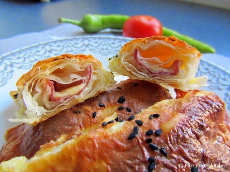 Paçanga kol böreği (opgerolde börek gevuld met Turkse pastrami en kaas)
