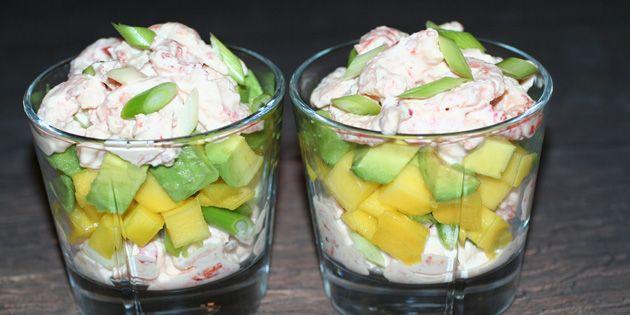 Frisk og eksotisk skaldyrssalat med sødlig mango, dejlig avocado og fintsnittede forårsløg.
