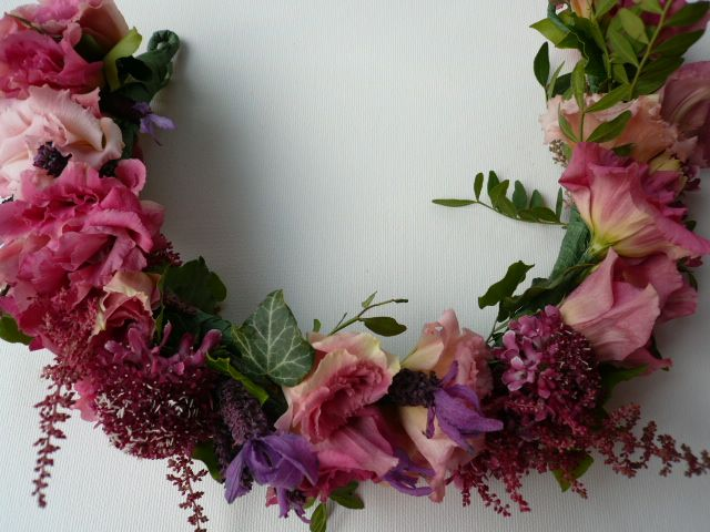 Floral wreath for bride in with different shades of pink Ghirlanda floreale per sposa www.taniamuser.com