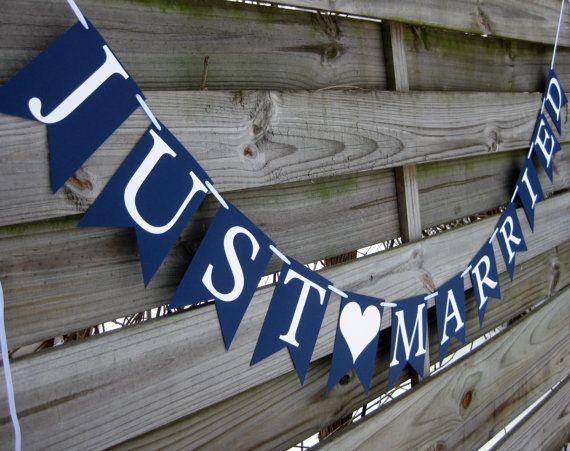 Cela  Just ♥ marié  bannière dispose notre plus nouveau modèle de bannière « cranté du pavillon » en bleu marine avec lettrage blanc.  * TAILLE *