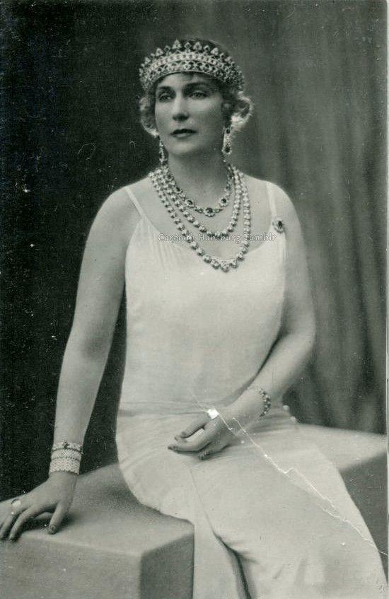 "Queen Victoria Eugenia of Spain . Early 1930s  She s using the Rubi diamond coronet, AKA the ""Strawberry leaf tiara"""