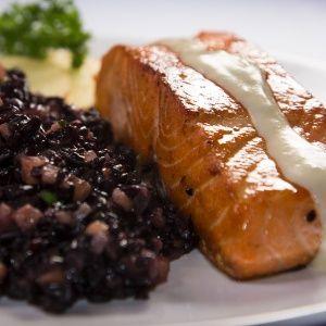 Salmão grelhado ao molho de maracujá e arroz negro