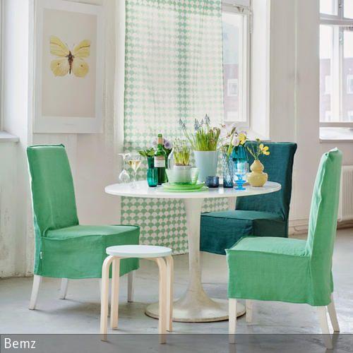 Die grünen Stoffbezüge der Stühle tragen zur farblichen Gestaltung des Esszimmers bei und sorgen für eine gemütliche Stimmung. Mit reichlich Blumen als  …