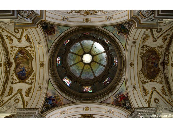 La Chiesa del Gesù, conosciuta come Casa Professa, è un gioiello baroccodalle forme sontuose, tipiche dello stile artistico di fine '500, quando ai Gesuiti giunti in città a seguito del vicerè spa…