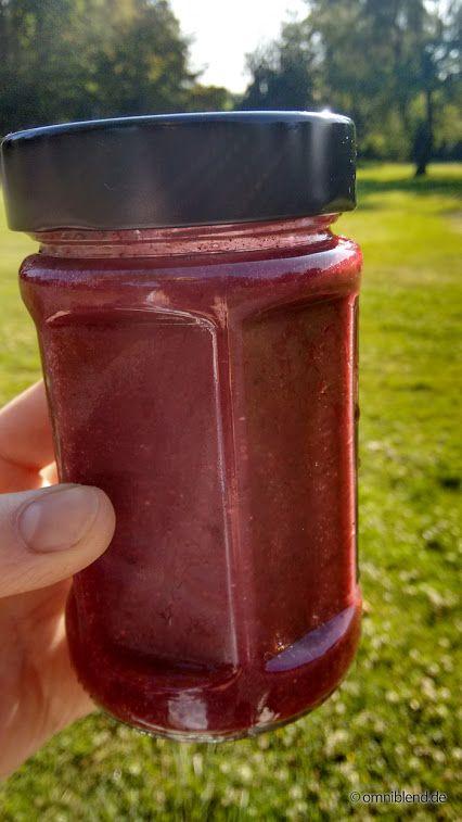 Heute mal in Rot: ein gesunder Smoothie aus Zitronenmelisse, Rosmarin, Erdbeeren, Johannisbeeren und Cashewkernen. Stärkt den Kreislauf und hilft bei Frühjahrsmüdigkeit... gemixt in einem Original JTC OmniBlend V