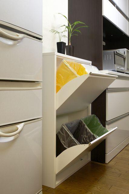キッチンをおしゃれな空間にしても、ゴミ箱がどうにもならない・・・というお悩みはありませんか?ゴミ箱はキッチンになくてはならないものですが、おしゃれにする工夫が難しいですよね。今回は、キッチンのゴミ箱をすっきり隠すアイデアをご紹介します。