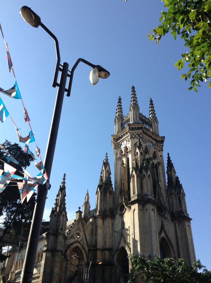 Intentando sobrevivir a la inclemencia, pero bella iglesia de Lourdes