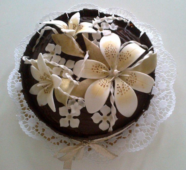 Čokoládový dort s fondánovou lilií Chocolate cake with fondant lilies