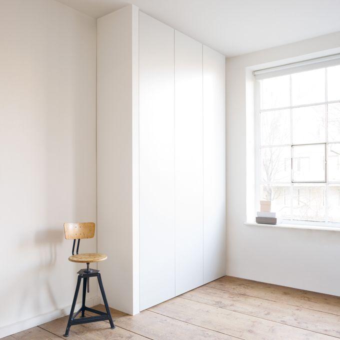 Mit Cabin stellt Schönbuch eine elegante und immer perfekt passende Kleiderschrank Lösung vor. Denn der Entwurf vonf/p design wird immer auf die Bedürfnisse des Kunden zugeschnitten und an das jew...