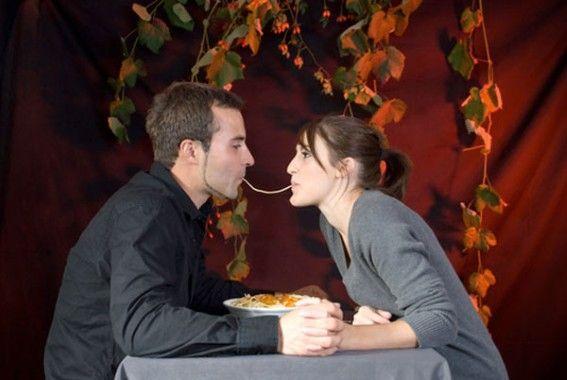 Een bord spaghetti delen is in de praktijk vaak wat minder romantisch. De top tien van foutste maaltijden tijdens een eerste afspraakje: 1. Spaghetti Bolognaise 2. Spare ribs 3. Slakken 4. Oesters 5. Rauwe steak 6. Knoflookbrood 7. Bonen 8. Spaghetti Carbonara 9. Noedels 10. Krab Bron: http://www.nieuwsblad.be/article/detail.aspx?articleid=DMF20120221_126
