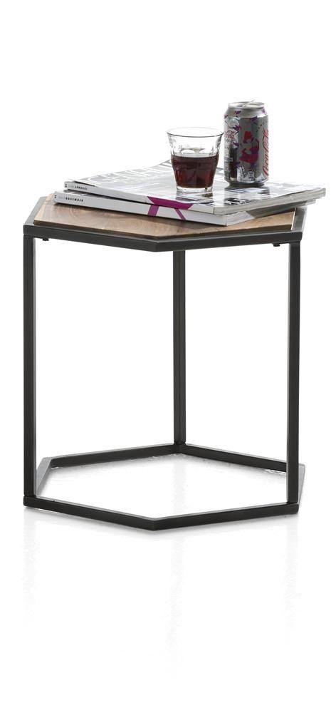 Deze bijzettafel bestaat uit een metaal zwart frame en een blad in Seesham unfinished hout.